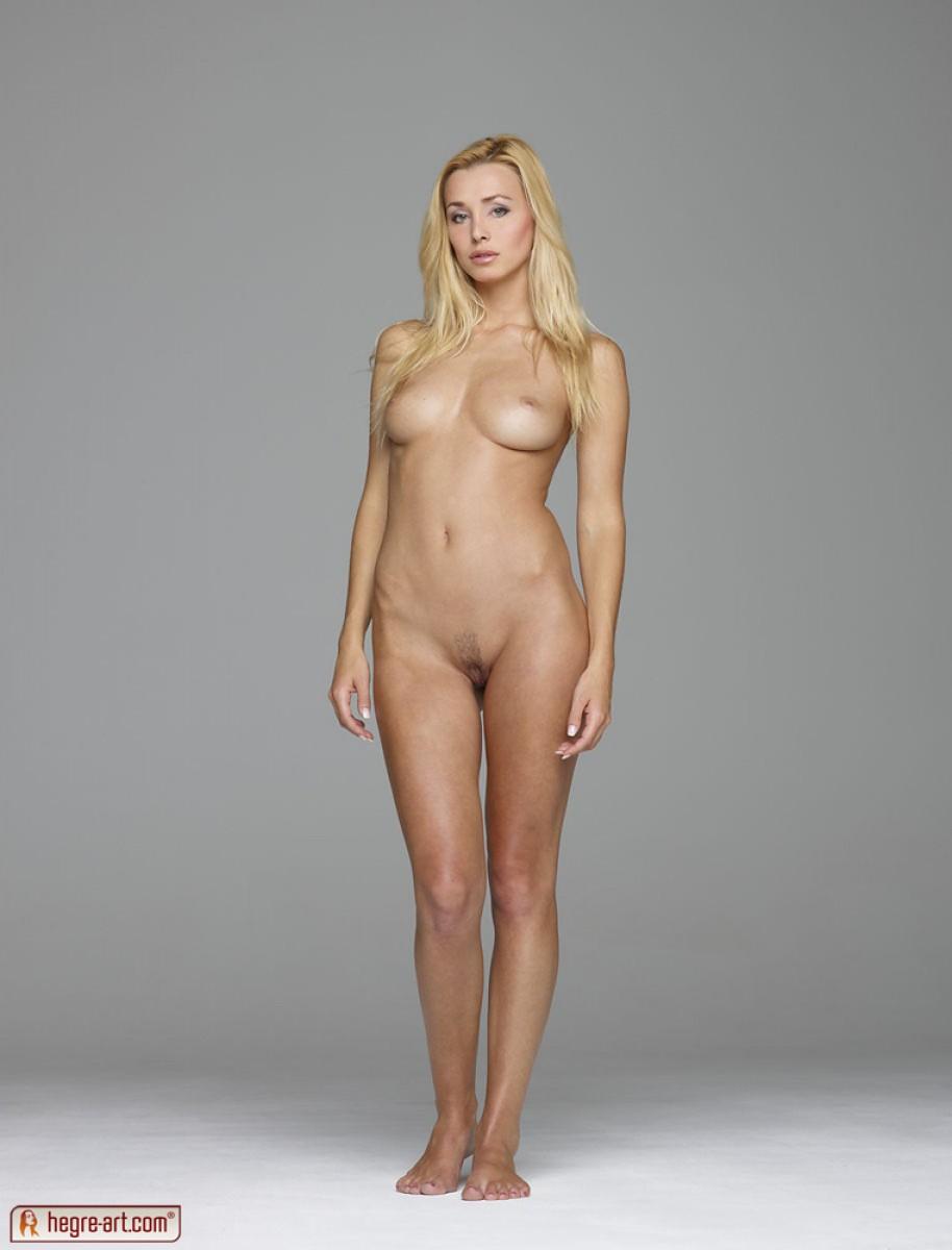 Popolna gola blondinka-9564