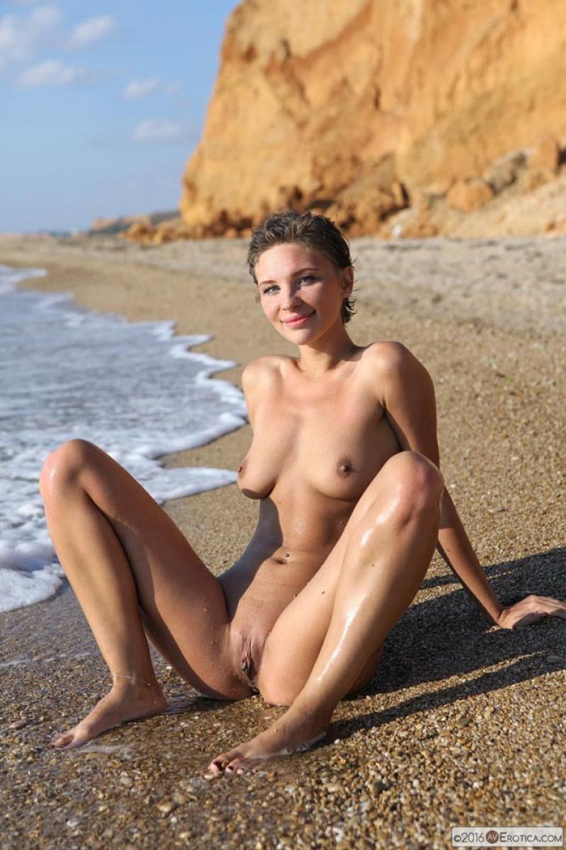 Tight Bikini Babe Strips In The Sun-8580