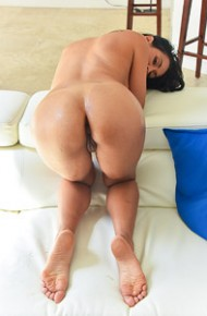Isis Love Toying her Pussy