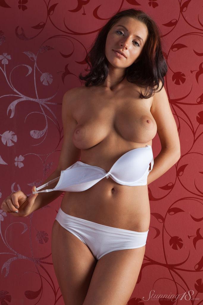 Смотреть как девушки снимают лифчики и трусики, порно секс женщин сиськи фото