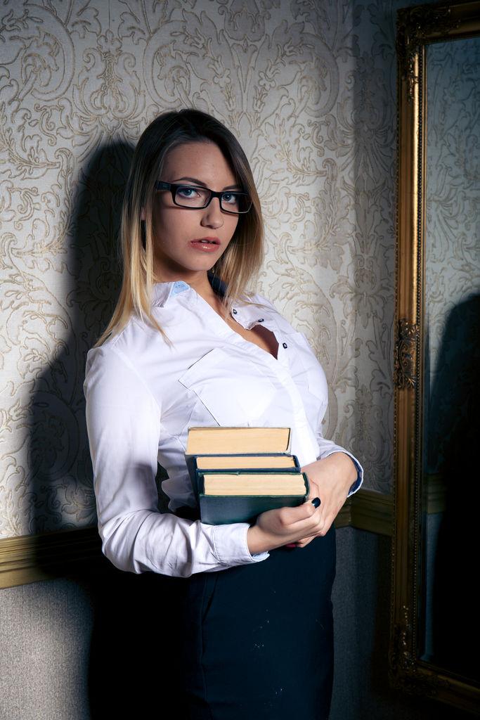 Sexy Lehrerin entblößt Brüste, Nacktes Paar im Badezimmer