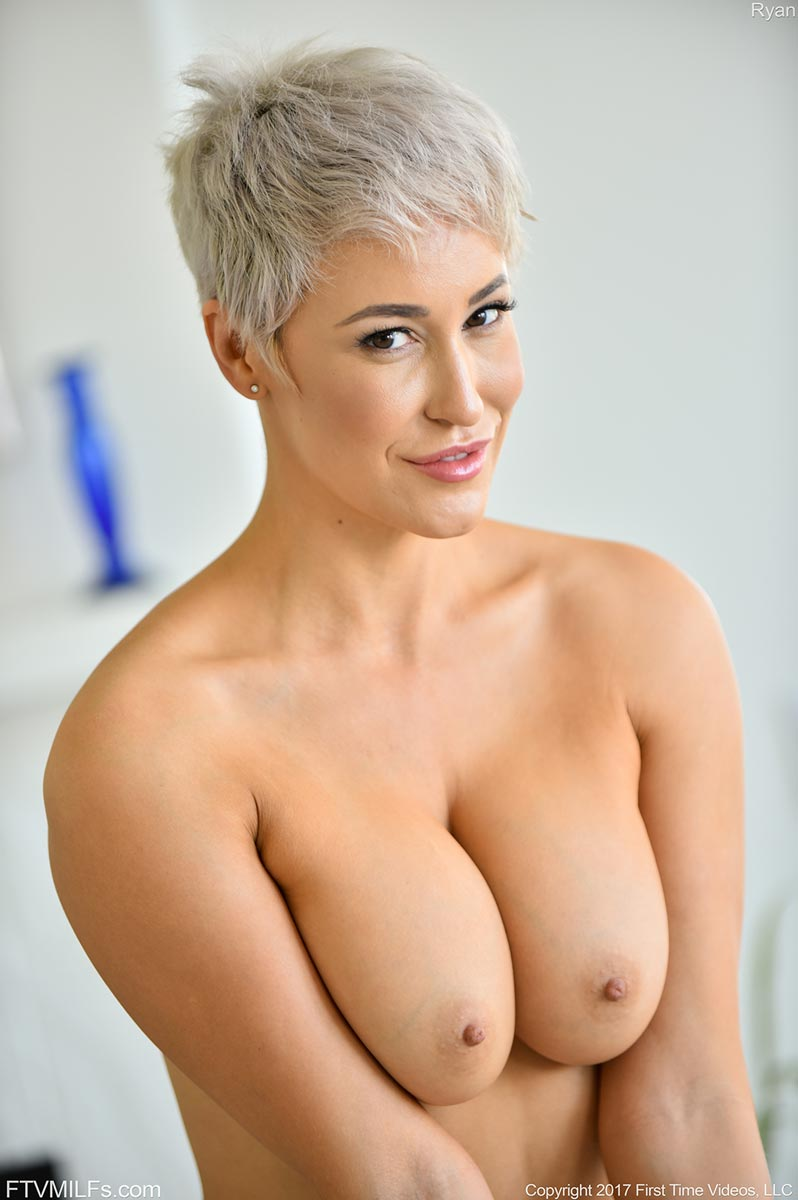nude-woman-blonde-short-hair-hot-sexy-blonde-fingering-her-vagina