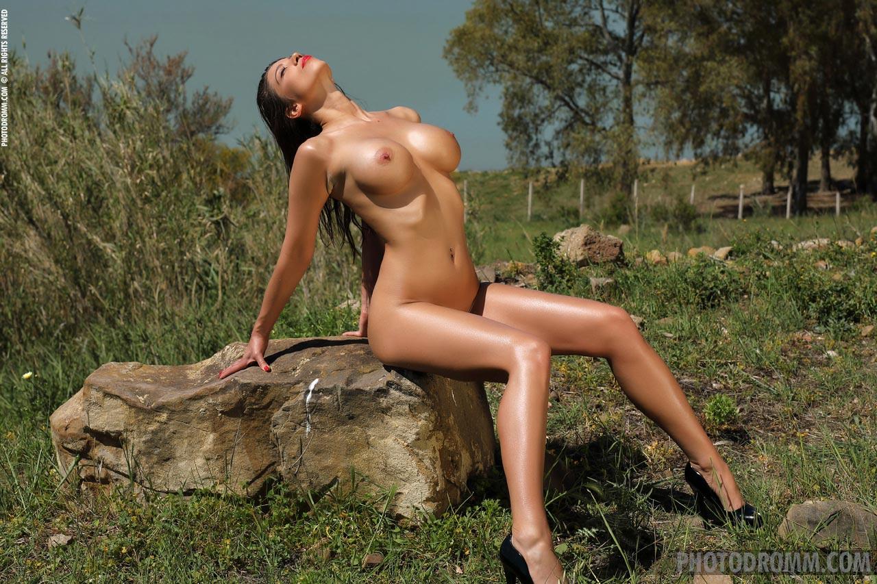 Sexy nude women near