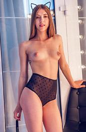 Avery Nude Leggy Chick in Heels