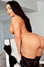 Sheena Ryder Thick Wife in Stockings
